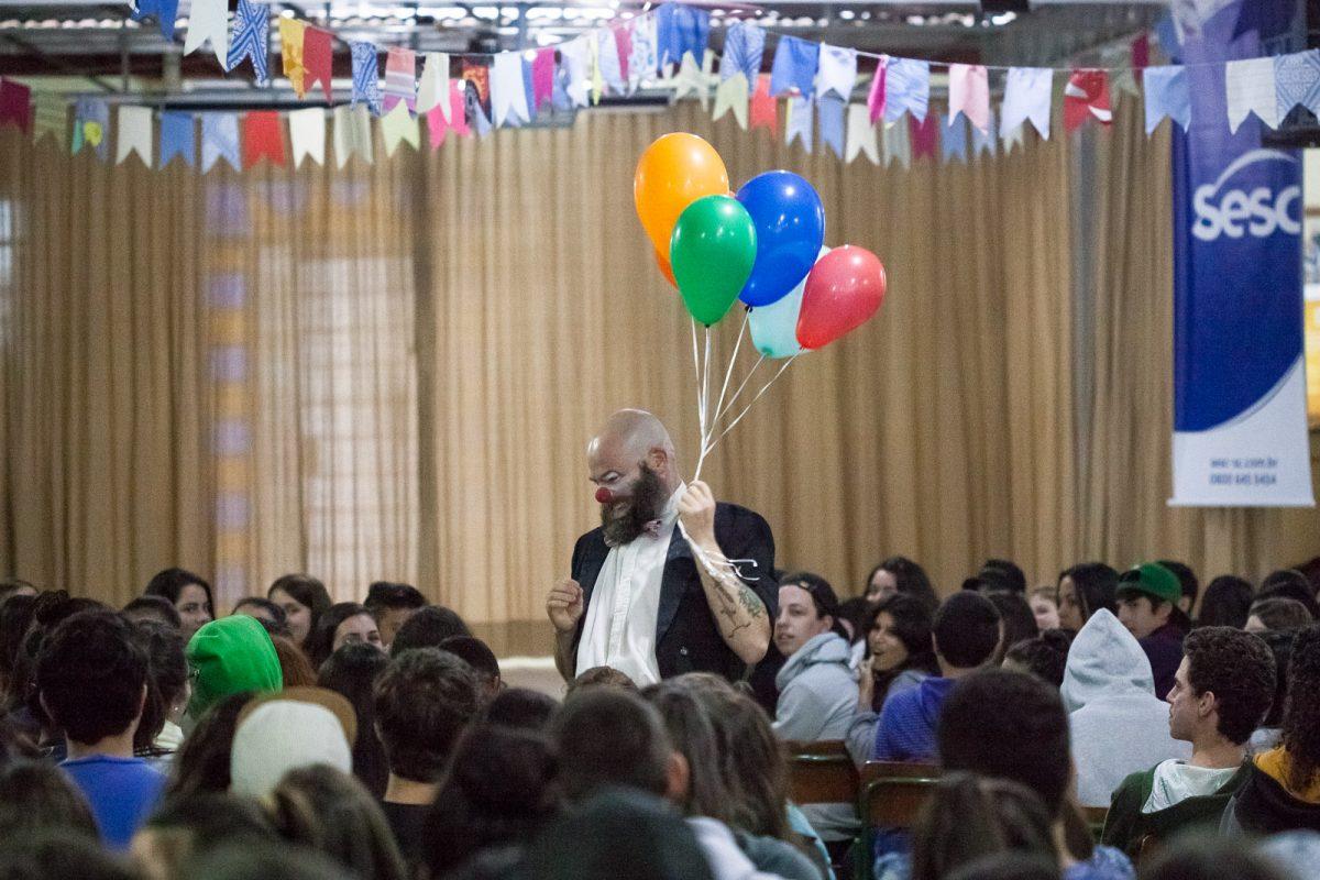 """Espetáculo clown """"É tentando que se desiste"""", da Cia Carona de Teatro, na Escola Prof. Honório Miranda, em Gaspar"""
