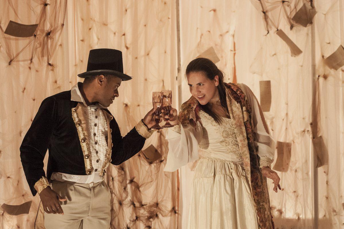 """Espetáculo """"Espectros"""", do Grupo Teatro da Casa, em apresentação na Escola Hercílio Deeke, em Blumenau"""
