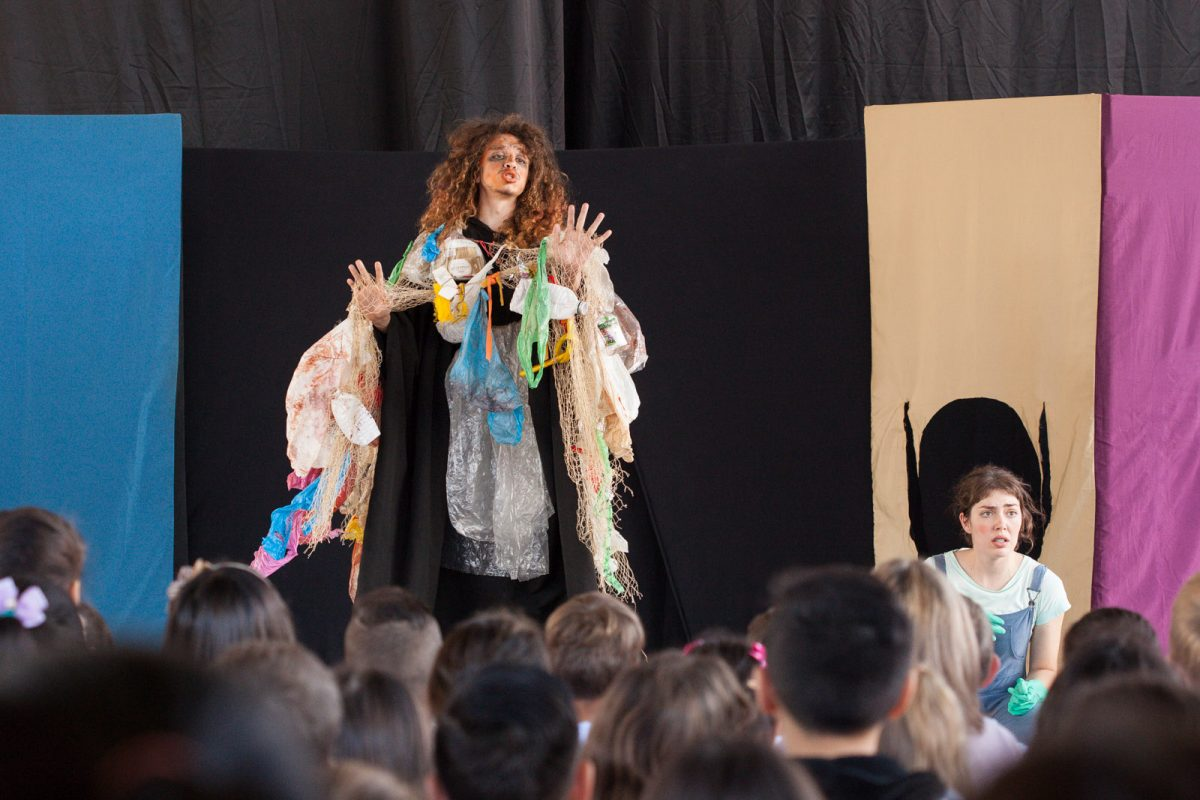 """Em """"Outro Lugar"""", os atores da Primeiro Quarto Teatro falam sobre lixo e reciclagem para os alunos da Escola Zulma Souza da Silva, em Blumenau."""